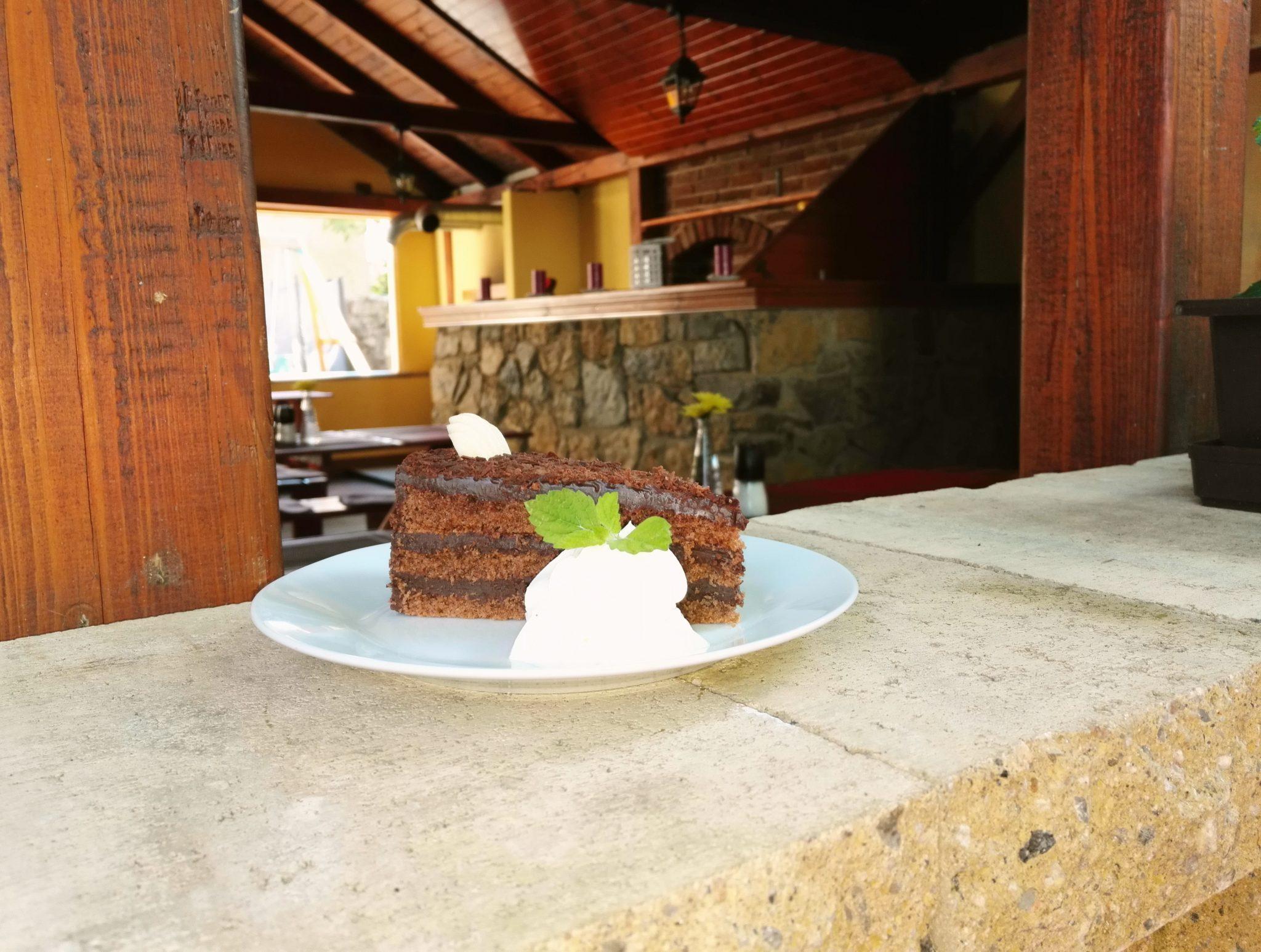 Čokoládový dort na terase venku